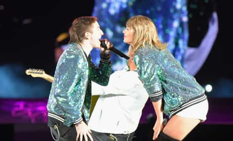 "Taylor Swift and Walk the Moon Perform ""Shut Up and Dance"" in Concert"