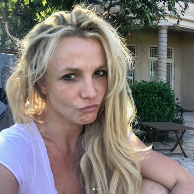 Britney Spears Goes Makeup-Free