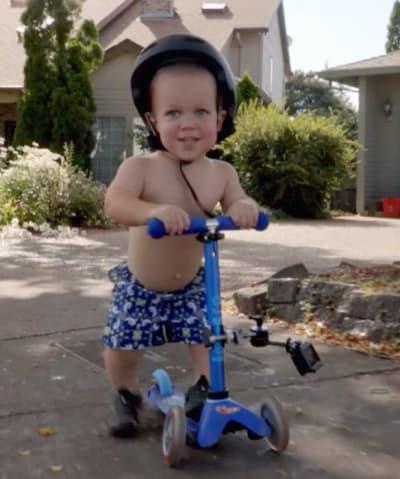 Jackson en un scooter
