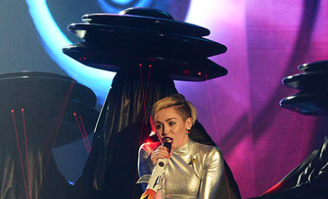 "Miley Cyrus - ""We Can't Stop"" (MTV EMAs)"