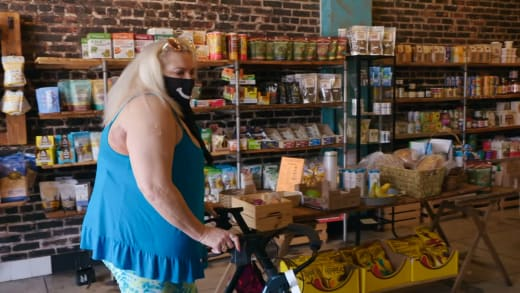 Angela Deem goes to a smoothie shop, brags about storing cigarettes in her walker