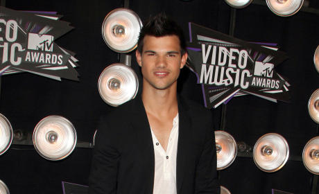 Who looked more handsome at the VMAs: Taylor Lautner or Justin Bieber?
