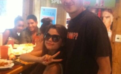 Selena Gomez: Spotted at Hooters!