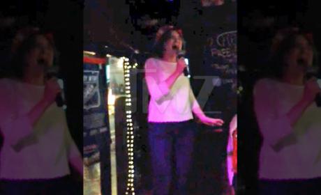 Amanda Knox Sings Karaoke