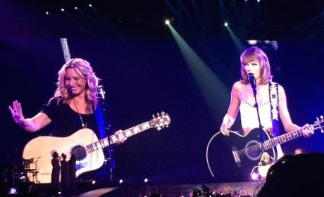 "Taylor Swift Duets on ""Smelly Cat"" with Lisa Kudrow"