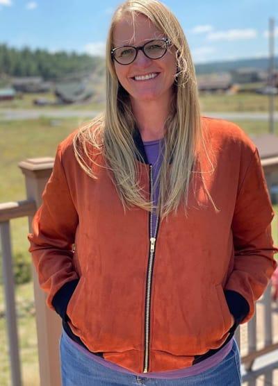 Christine Brown con una chaqueta