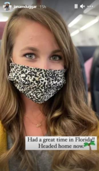 Jana Duggar usa una máscara