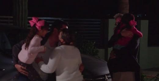 Hannah Rubio abraza a Kenneth Niedermeier