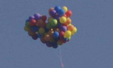 Man Rides Lawn Chair Beneath 110 Helium Balloons, Flies Over Calgary