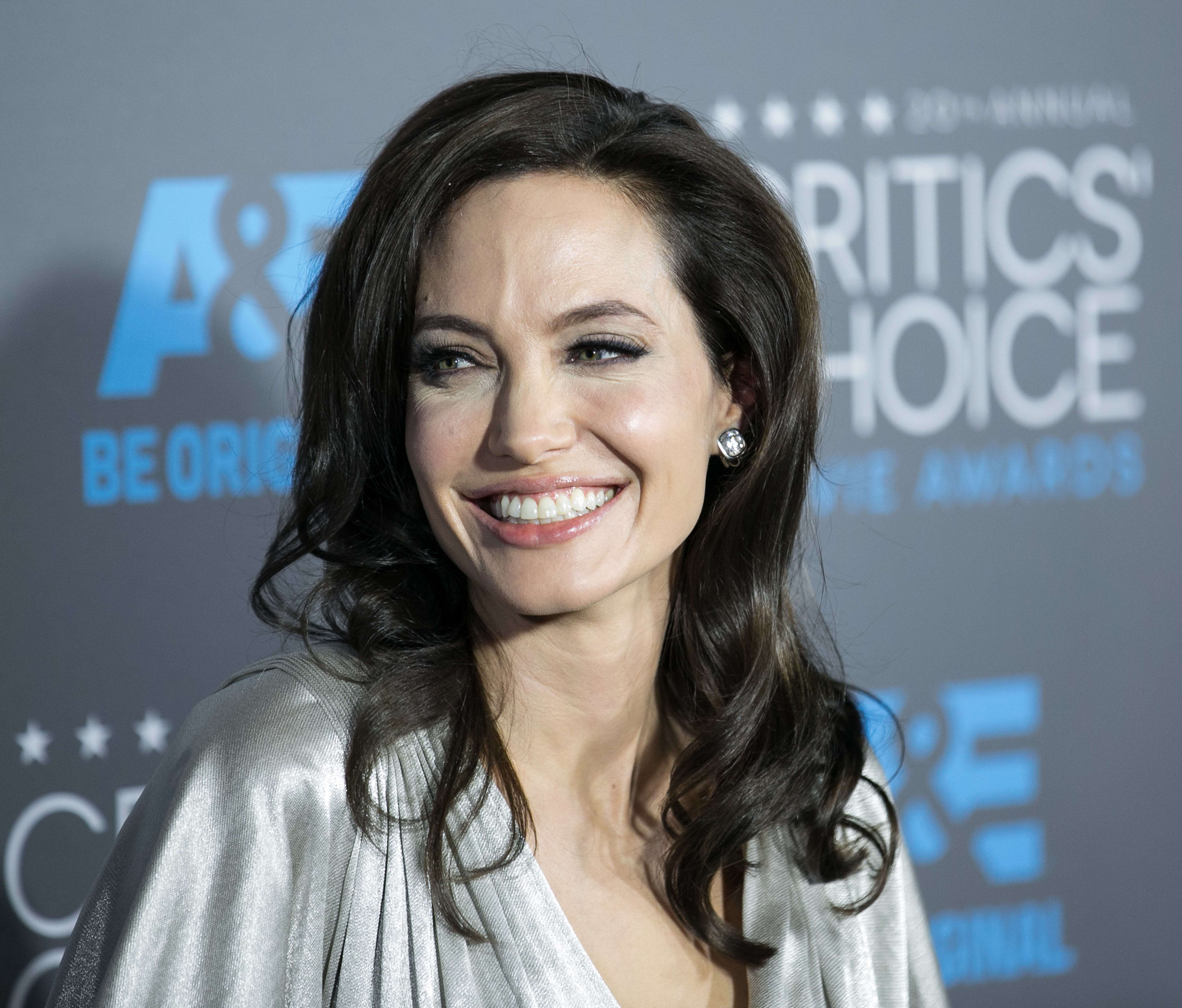Angelina Jolie Gets Ovaries Removed Following Cancer Scare