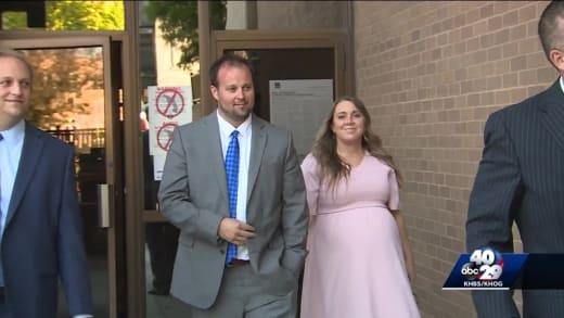 Josh y Anna en la corte