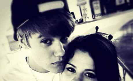 Selena and Justin Twit Pic