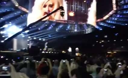 Christina Aguilera Makes Like Michael Jackson at Tribute Concert