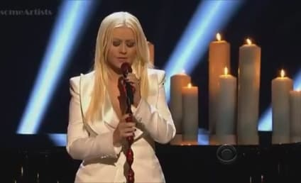 "Christina Aguilera Performs ""Blank Page"" at People's Choice Awards"