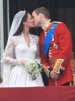 Royal Wedding: Kate and William Kiss!