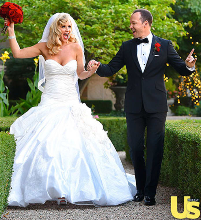 Jenny mccarthy wedding dress first look the hollywood gossip junglespirit Choice Image