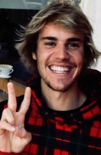 Justin Bieber Flashes the Peace Sign
