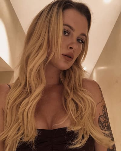 Ireland Baldwin, Cleavage Selfie