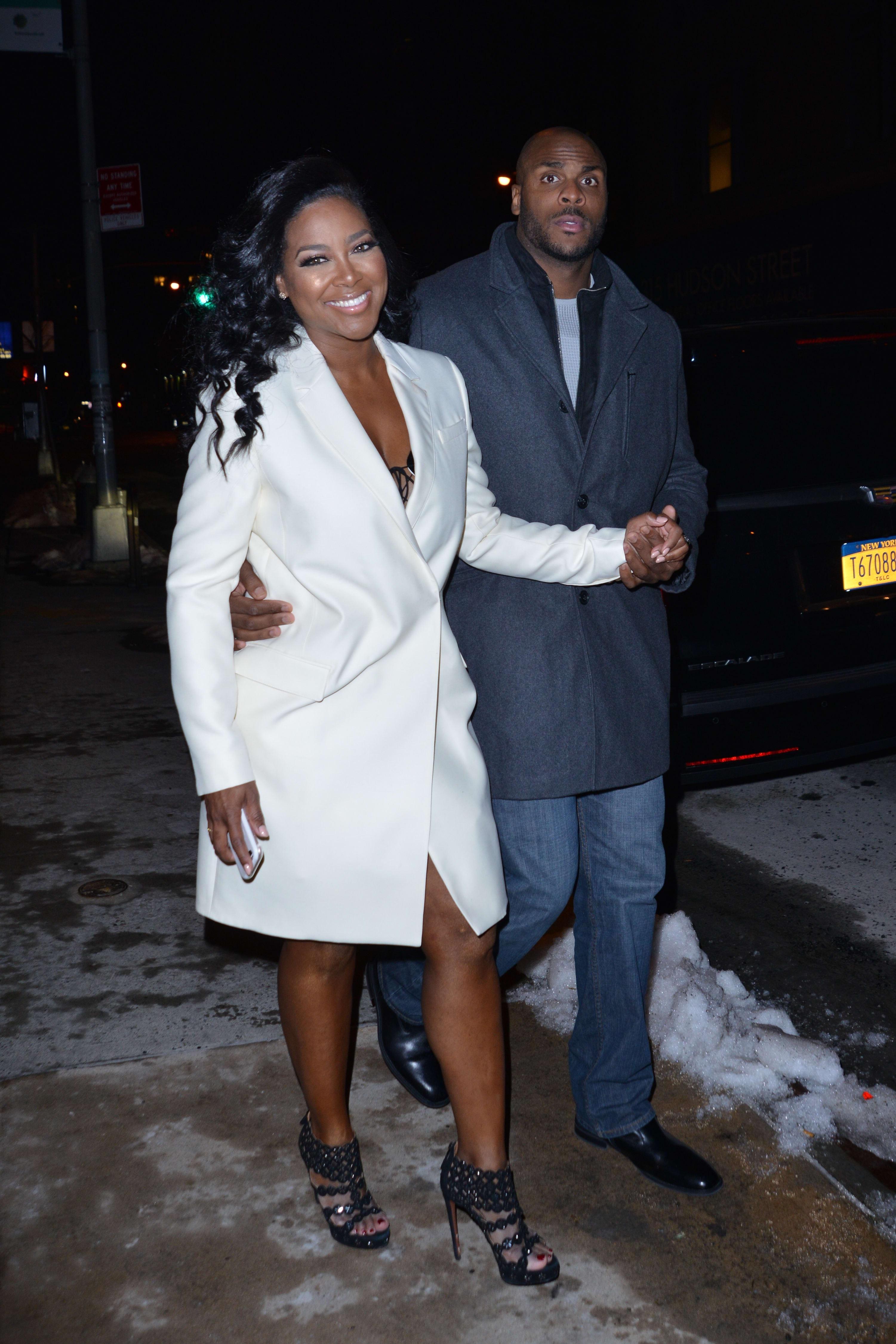 Kenya Moore Wedding.Kenya Moore Unveils Wedding Pictures Matt Jordan Claims She Cheated