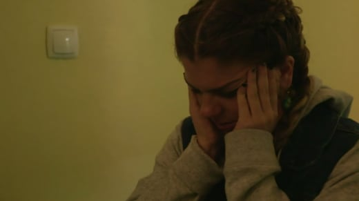 Ariela Weinberg llora mientras su bebé grita de dolor