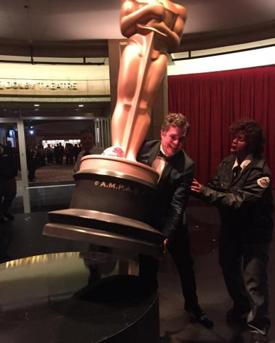 Mark Ruffalo Tries To Escape with a Giant Oscar Statue