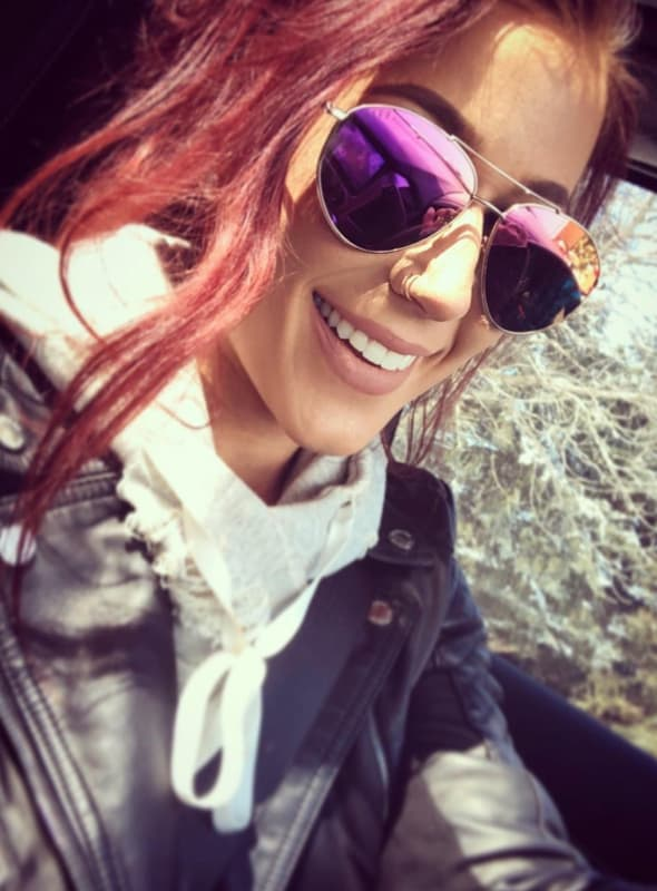 Chelsea houska in glasses