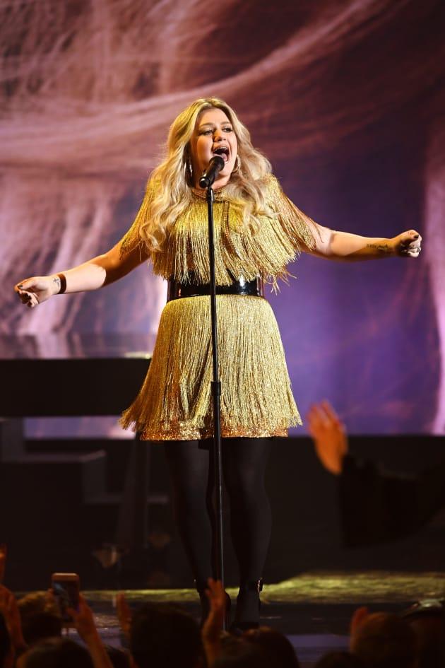 Kelly Clarkson Sings a Hit
