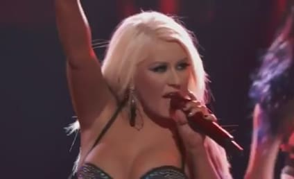 """Christina Aguilera, Team Perform """"Fighter"""" on The Voice"""
