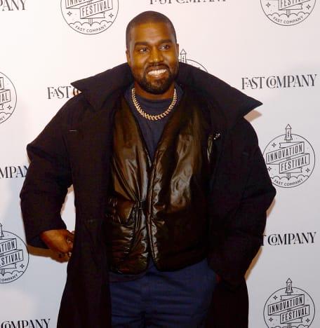 Kanye West affiche un sourire
