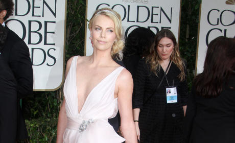 Which beauty looked hotter at the Golden Globes, Charlize or Elle?