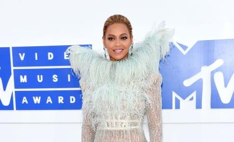 Beyonce Feathers VMAs 2016