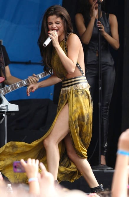 Selena gomez crotch shot-8930