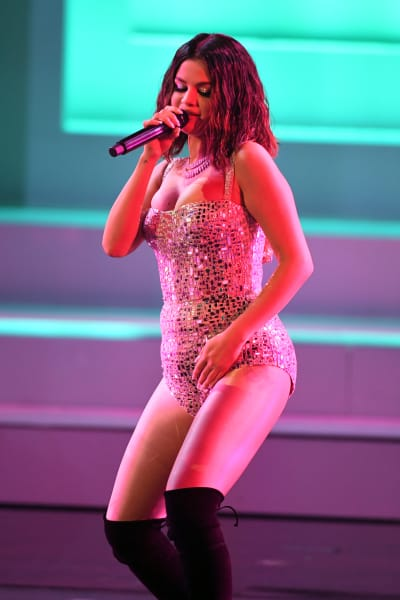 Selena Gomez Dances on Stage