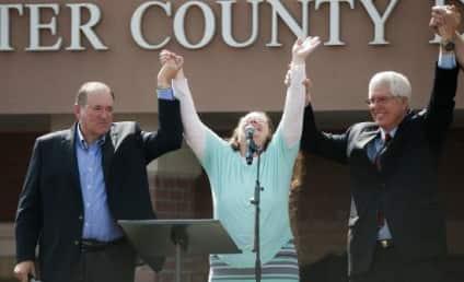Kim Davis and Mike Huckabee: Dissed by Survivor Singer!