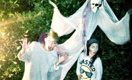 Miley Cyrus Pantless Pheed Pic: Boo!
