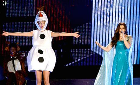 "Taylor Swift Dresses as Olaf, Sings ""Let It Go"" with Idina Menzel"