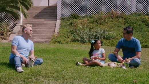 Kenneth Niedermeier, Armando Rubio et Hannah sont assis dehors