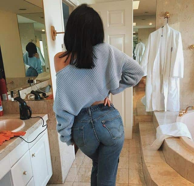 Kylie's butt in... mom jeans??