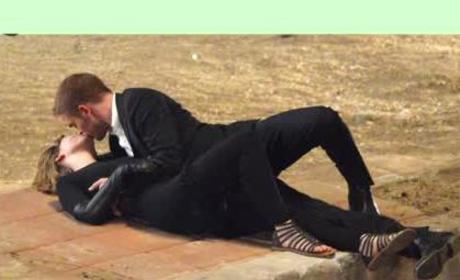 Robert Pattinson and Mia Wasikowska Makeout Alert!