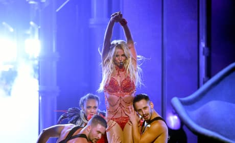 Britney Spears: Surrounded By Dancers At 2016 Billboard Music Awards