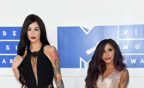 JWoww Snooki Hold Hands VMAs 2016