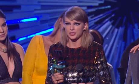 Taylor Swift Wins MTV VMA
