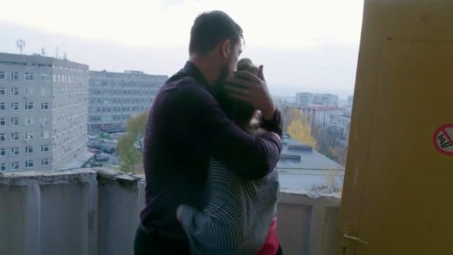 Se abrazan