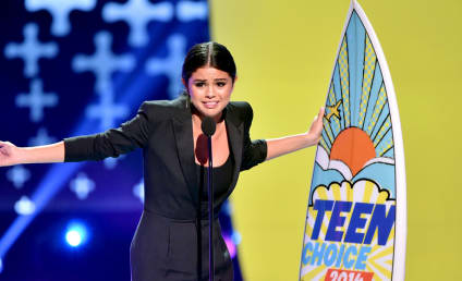 Selena Gomez Wins Ultimate Choice Award, Takes Mini Jab at Justin Bieber