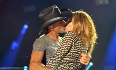 Tim McGraw and Faith Hill Hook Up on Stage