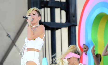 """Miley Cyrus Cries During """"Wrecking Ball"""" Performance"""
